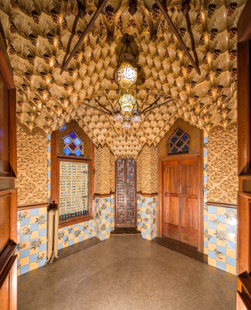 Architecture in Barcelona: Visit to the Gaudi's first house 4