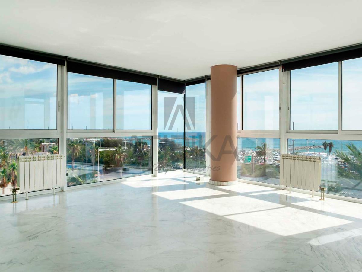 Salón con vistas panorámicas al mar