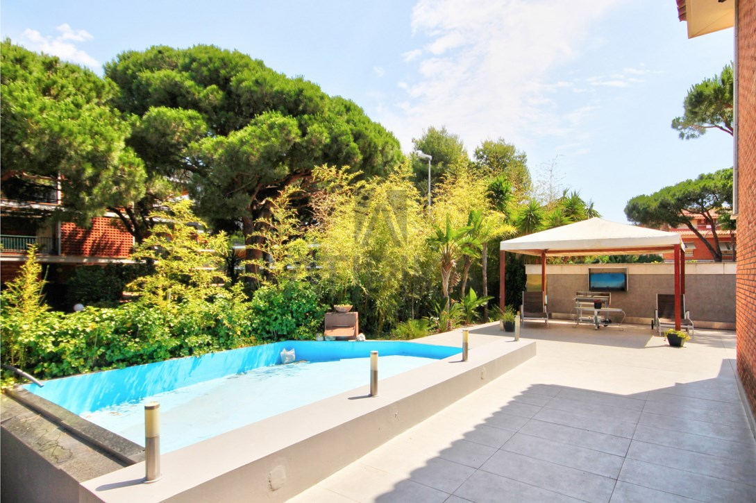 Exclusive detached house with garden and pool in Gavà Mar rented by our office in Castelldefels 1